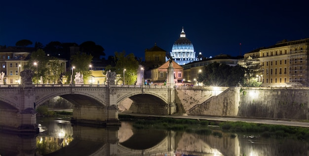 Visão noturna na catedral de são pedro, em roma, itália Foto Premium