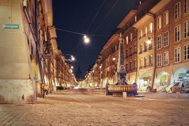 Visão noturna no beco kramgasse em berna Foto Premium