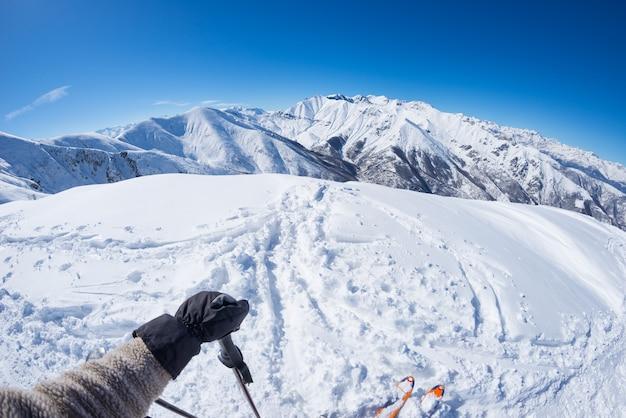 Visão subjetiva do esquiador alpin na encosta nevada, pronta para começar a esquiar. Foto Premium