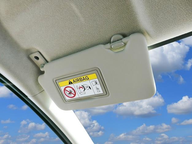 Viseira de sol do carro e sinais de advertência do sistema da bolsa a ar no carro. Foto Premium