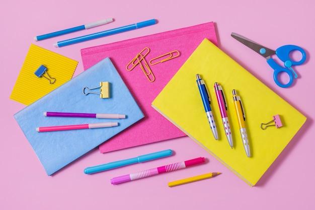 Vista acima da disposição da mesa com notebooks Foto Premium