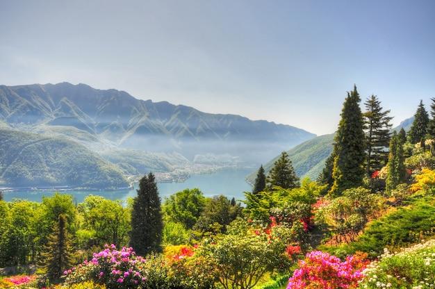 Vista aérea da bela e colorida paisagem ao fundo de incríveis montanhas Foto gratuita