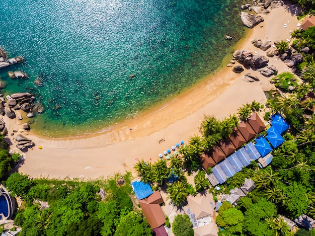 Vista aérea da bela praia tropical e mar com palmeiras e outras árvores na ilha de koh samui Foto gratuita