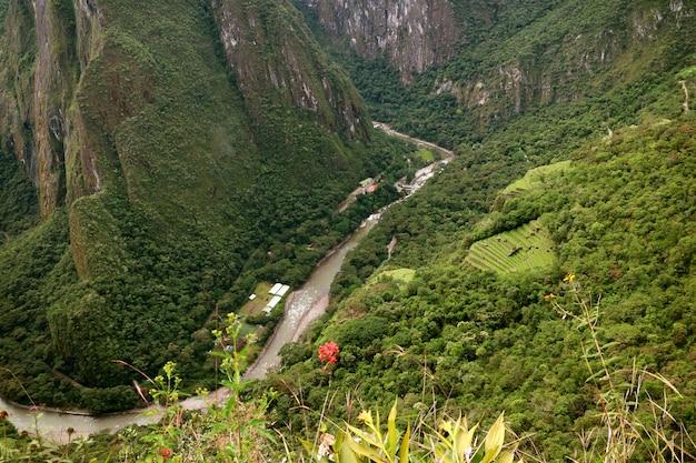 Vista aérea da cidade de aguas calientes e do rio urubamba, vista da montanha huayna picchu, machu picchu, peru Foto Premium