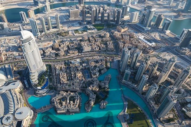 Vista aérea da cidade de dubai do topo de uma torre. Foto gratuita