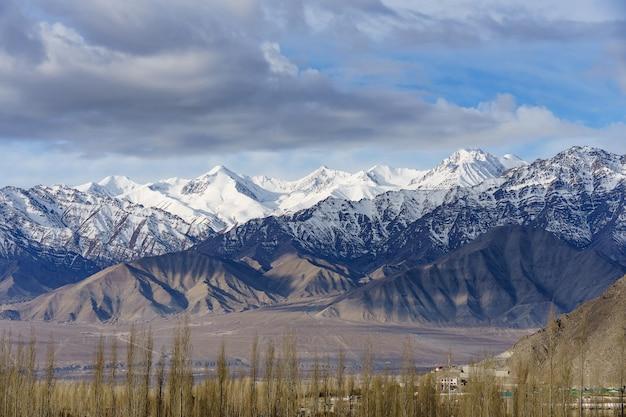 Vista aérea da cidade de leh cityscape ou no centro com fundo de montanha da janela do palácio de leh em leh ladakh, jammu e caxemira, índia Foto Premium