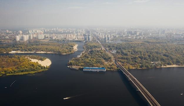 Vista aérea da cidade envolta em névoa da manhã Foto gratuita