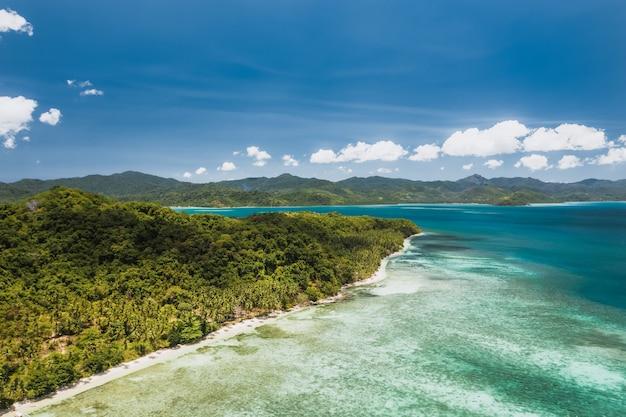 Vista aérea da costa tropical perto de el nido, palawan, filipinas. Foto Premium