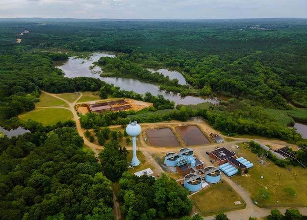 Vista aérea da estação de tratamento de esgoto industrial de tratamento de água Foto Premium