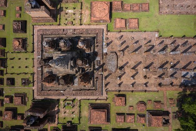 Vista aérea da estátua antiga da buda no templo de wat mahathat no parque histórico de sukhothai, tailândia. Foto Premium