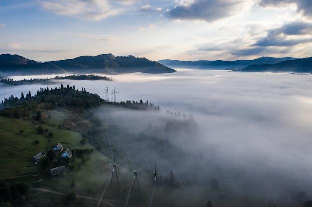 Vista aérea da floresta envolta em névoa da manhã em um lindo dia de outono Foto gratuita