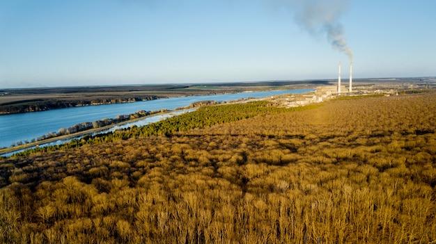 Vista aérea da floresta no início da primavera, rio azul e campos sob o céu claro. Foto Premium