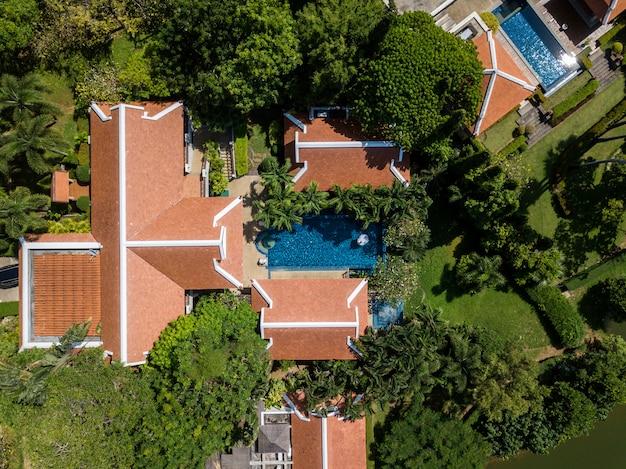Vista aérea da imagem drone de vivenda de luxo piscina Foto Premium