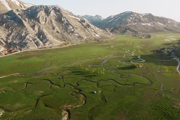 Vista aérea da montanha reunião prado com muitos caminhos Foto gratuita