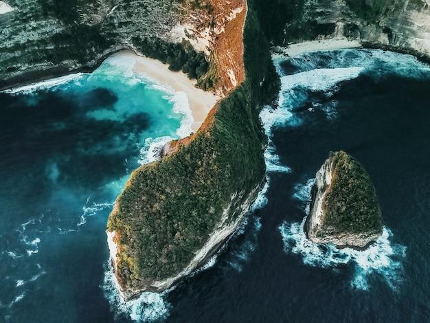 Vista aérea da paisagem com praia kelingking, ilha de nusa penida bali, indonésia Foto Premium