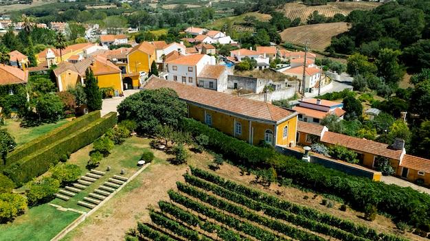 Vista aérea da paisagem rural com casas coloridas Foto gratuita