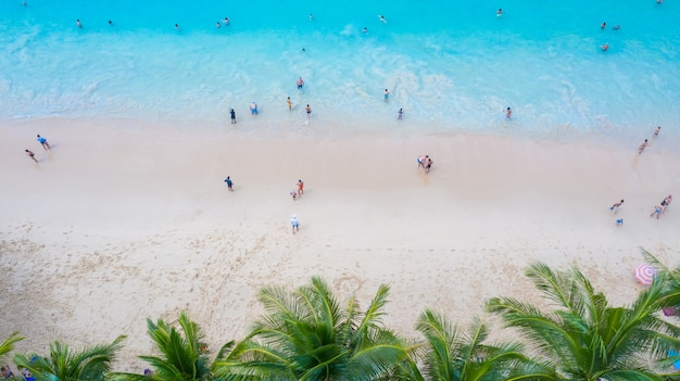 Vista aérea da praia de surin em phuket, sul da tailândia, praia de surin Foto Premium