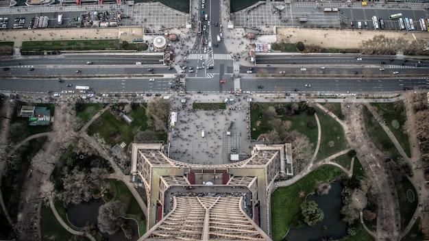 Vista aérea da torre eiffel durante o dia com muitos carros Foto gratuita
