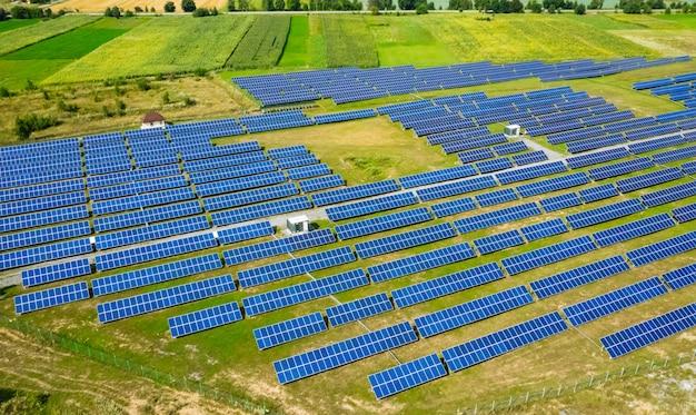 Vista aérea da usina de energia solar Foto Premium