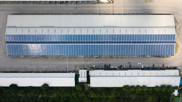 Vista aérea das células solares no telhado, painéis solares instalados no telhado de um grande edifício industrial ou armazém Foto Premium