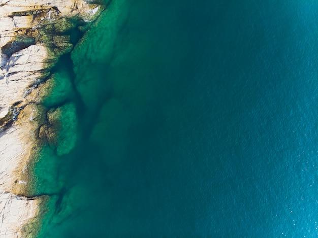 Vista aérea das ondas do oceano e fantástica costa rochosa. Foto Premium