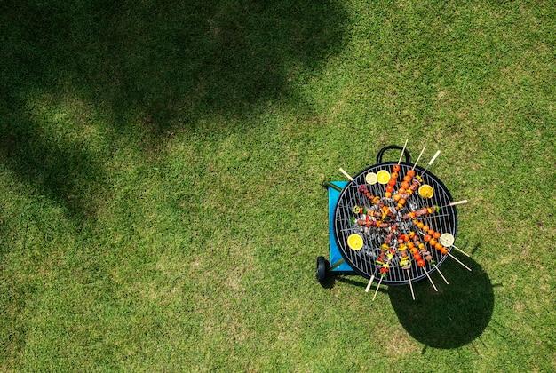 Vista aérea de bifes de churrasco na grelha de carvão Foto gratuita