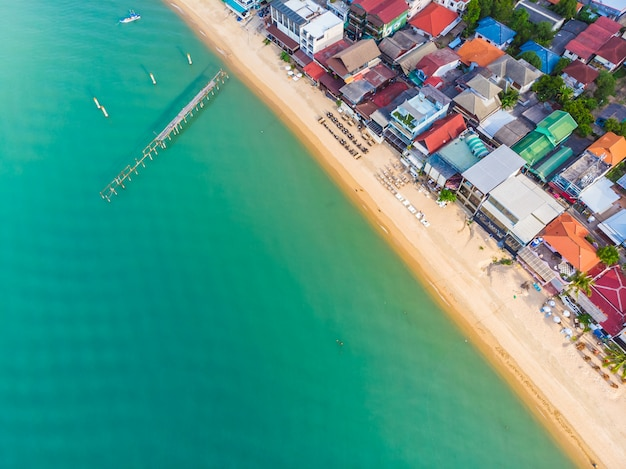 Vista aérea, de, bonito, praia tropical Foto gratuita