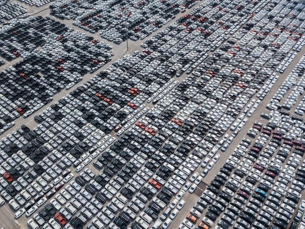 Vista aérea de carros novos estacionados na área de estacionamento da fábrica de automóveis. w Foto Premium