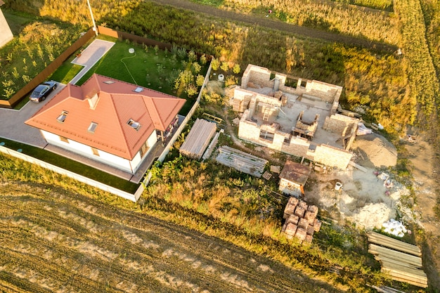 Vista aérea de cima para baixo de duas casas particulares em construção com fundamento de concreto Foto Premium