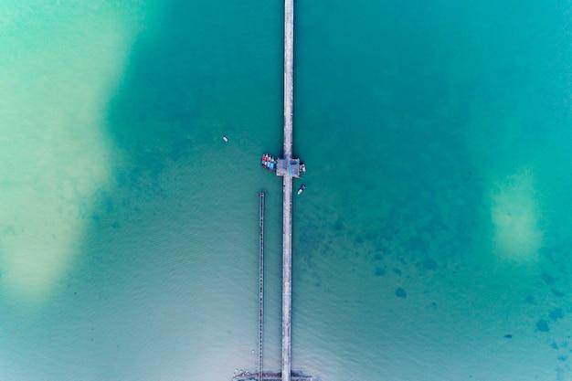 Vista aérea, de, drone, vista superior, de, ponte longa, em, a, mar Foto Premium