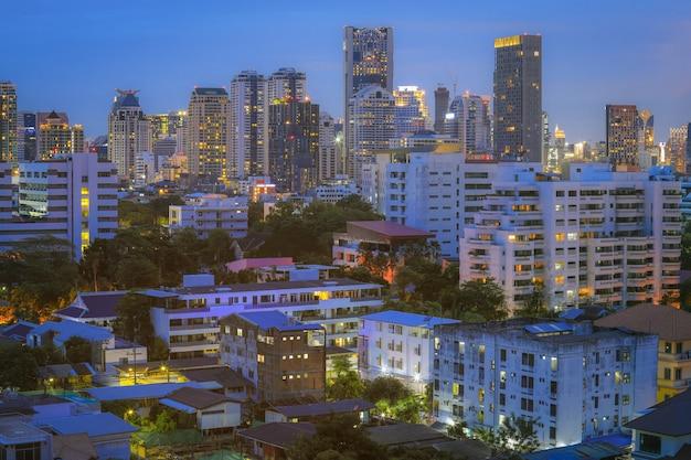 Vista aérea de edifícios de escritórios modernos de bangkok, condomínio, lugar de estar na cidade de bangkok Foto Premium