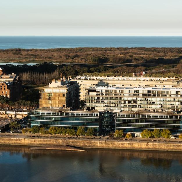Vista aérea de edifícios perto da água Foto gratuita