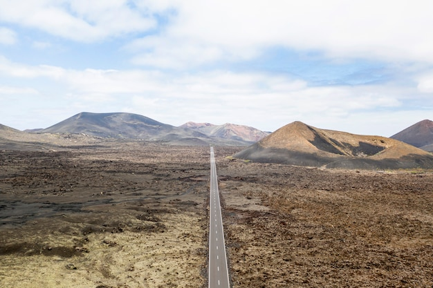 Vista aérea de estrada reta Foto gratuita