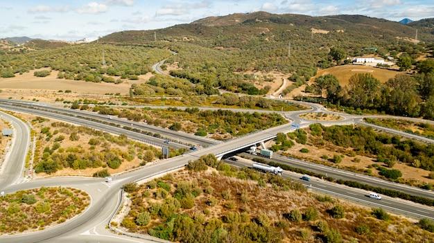 Vista aérea de estradas cercadas pela natureza Foto gratuita