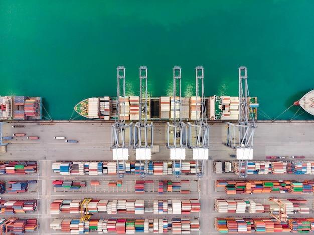 Vista aérea, de, frete mar, navio carga, recipiente carga, em, armazém, porto, em, industrial, propriedade, tailandia Foto Premium