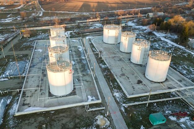 Vista aérea de grandes reservatórios de combustível na zona industrial de gasolina no inverno. Foto Premium