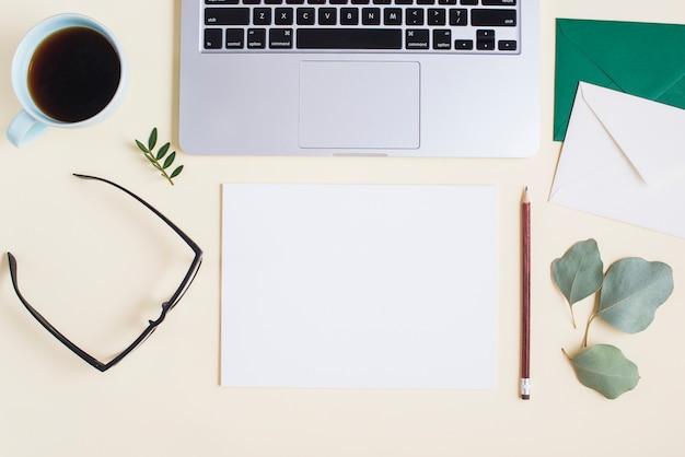 Vista aérea, de, laptop, com, stationeries, e, xícara chá, ligado, colorido, fundo Foto gratuita