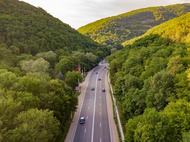 Vista aérea, de, largo, rodovia, entre, a, montanhas, coberto, com, verde, madeiras Foto Premium