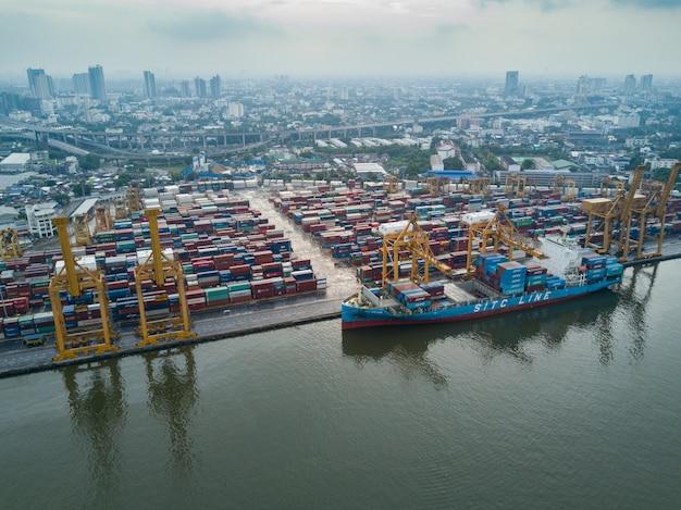 Vista aérea, de, logística, e, transporte, de, recipiente, navio carga, e, ponte guindaste Foto Premium