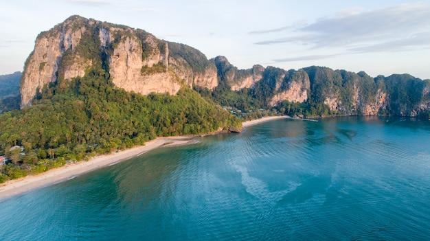 Vista aérea, de, montanha, phi phi, ilha, em, tailandia Foto Premium