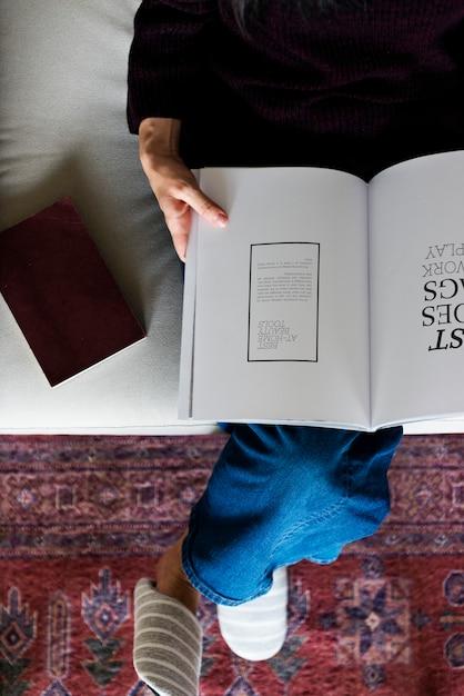 Vista aérea, de, mulher, lendo um livro Foto Premium