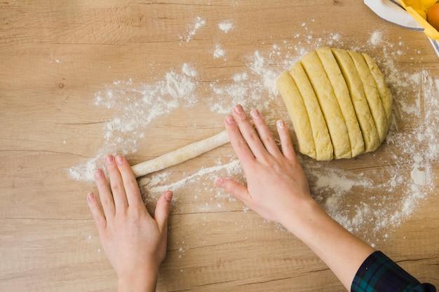 Vista aérea, de, mulher, preparar, caseiro, fresco, italiano, macarrão, nhoque, ligado, tabela madeira Foto gratuita