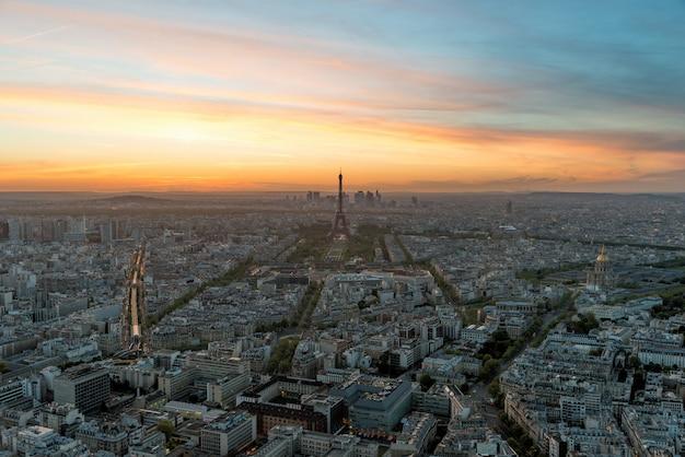 Vista aérea de paris e da torre eiffel no por do sol em paris, frança. Foto Premium
