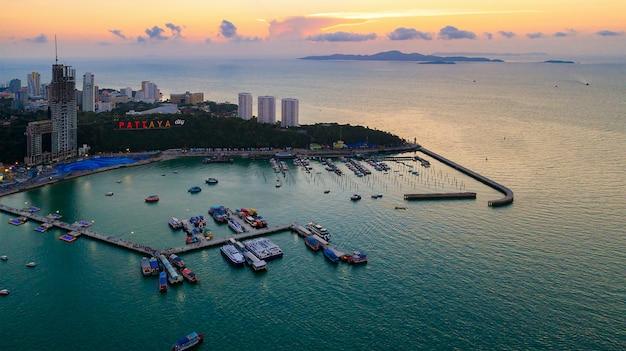 Vista aérea de pattaya e um do marco famoso em tailândia. Foto Premium