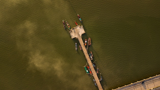 Vista aérea, de, pesca, porto, em, crepúsculo, tempo, tailandia Foto Premium