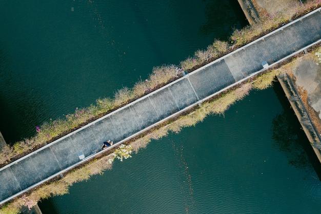 Vista aérea, de, pessoa, andar, através, um, ponte Foto gratuita