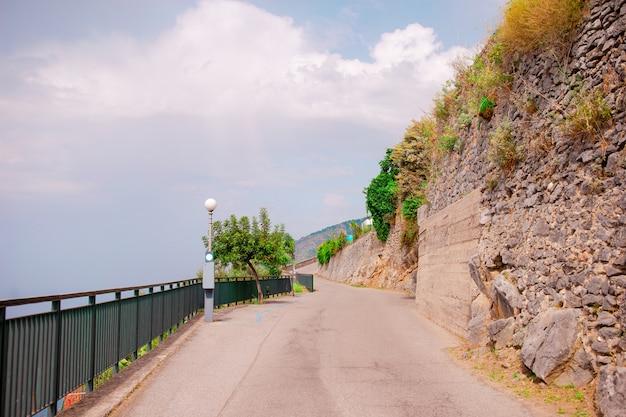 Vista aérea, de, serpentina, estradas, em, a, amalfi costeiam, perto, a, mar Foto Premium