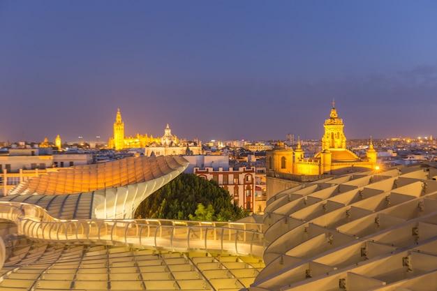 Vista aérea, de, sevilha, cidade, skyline, em, anoitecer, espanha Foto Premium