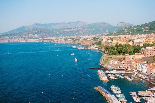 Vista aérea, de, sorrento, cidade, amalfi costeiam, itália Foto Premium