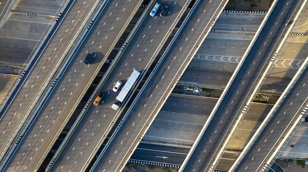 Vista aérea de topo da rodovia Foto Premium